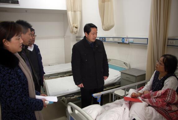 集团领导深入病房看望慰问患病员工